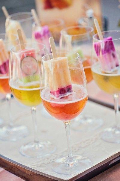 Une glace à l'eau en guise de glaçon dans vos cocktail... y aurez-vous pensez ? Nous on trouve ça topissime ! Très simple à faire les glaces à l'eau se décline aux saveurs de votre choix qui rafraichiront vos cocktails délicieux !