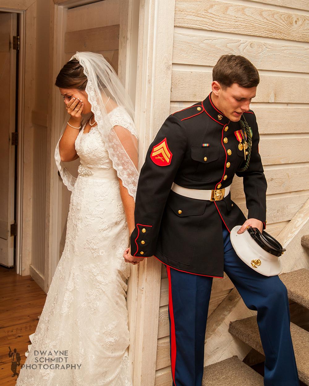 news photo de maris fermants les yeux et priants