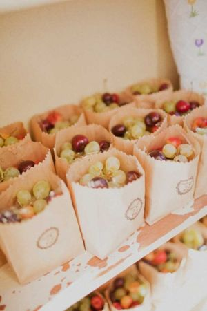 Trop top l'idée du petit sac en papier remplie de fruits en libre service pour nos convives. Ici du raisin et des cerises, mais vous pouvez y mettre ce que vous voulez. En plus, avec un sac en papier personnalisable vous pouvez transformer cette idée gourmande en idée souvenir !