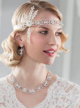 C'est un vrai bijoux de tête proposé par Emmerling. Dans un style années folles qu'on adore, il faut oser le porter, mais le rendu est tout simplement génial ! Cheveux lachés et ondulés avec une robe rétro-chic et votre look sera complet. Bijoux de tête Emmerling