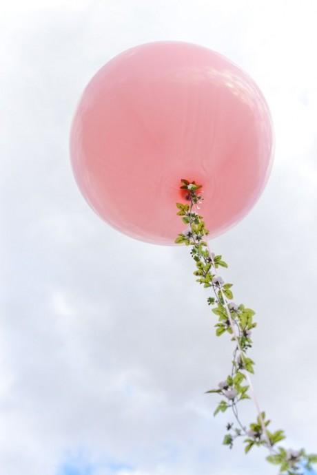 Les ballons gonflés à l'hélium c'est joli, mais ça peut très vite donner une sentiment de kermesse. Alors pour ne pas habiller la ficelle de vos ballons avec de jolies fleurs grimpantes?