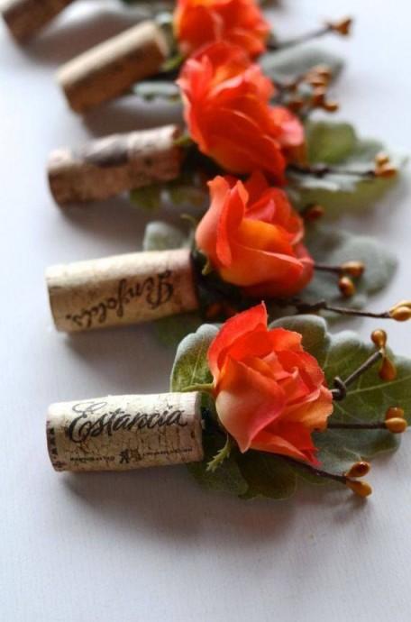 Des boutonnières fleuries, c'est pas super original. Mais si on on se sert d'un bouchon de vin et qu'on plante une rose dedans, ça a tout de suite beaucoup plus de caractère. Idéal pour un mariage dans le Sud-Ouest.