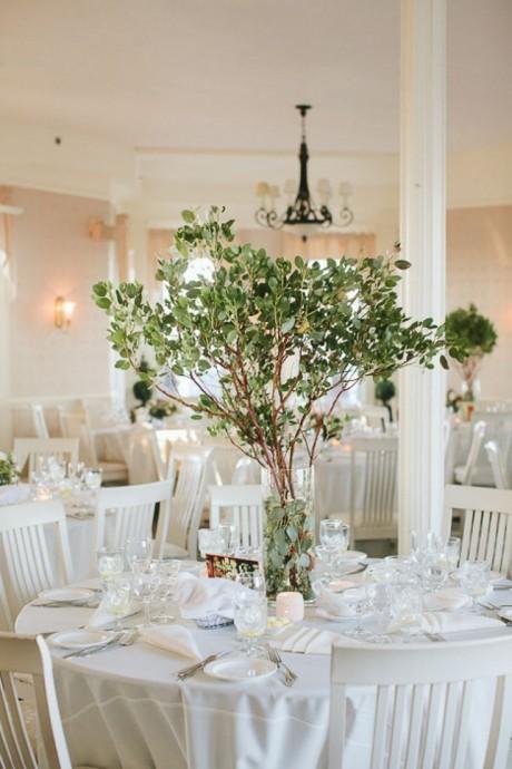 Si vous aimez la nature et prendre de la hauteur, pourquoi ne pas reconstituer un (petit) arbre en guise de centre de table ? Attention à ce que les branches ne tombent pas trop bas pour que vos invités puissent se voir et discuter.