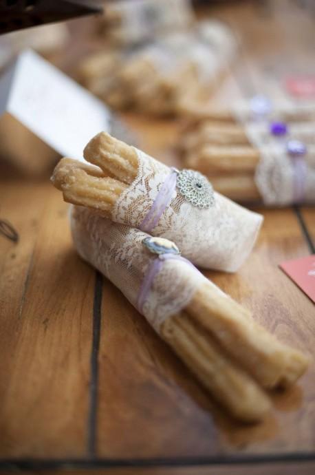 Des churros en dessert mais vous avez peur que ça ne fasse pas mariage ? Qu'à cela ne tienne, emballez dans un morceau de dentelle et ils seront parfaits !