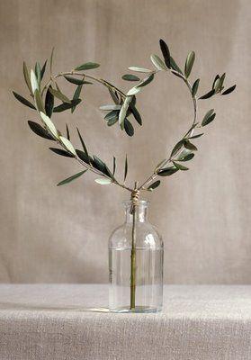 Deux branches d'olivier attachées ensemble de façon à former un coeur, le tout glissé dans une petit bouteille en verre vide, et le tour est joue. Vous voilà en possession d'un élément de décoration idéal pour un mariage provençal et/ou romantique.