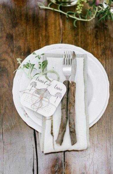 Vous pouvez aussi choisi de jouer la carte du naturel à fond et proposer à vos invités de manger à l'aide de couverts en bois (le manche bien sûr). Qui sait, peut-être que certains ont été scouts dans leur jeunesse et que cela leur rappellera de bons souvenirs.