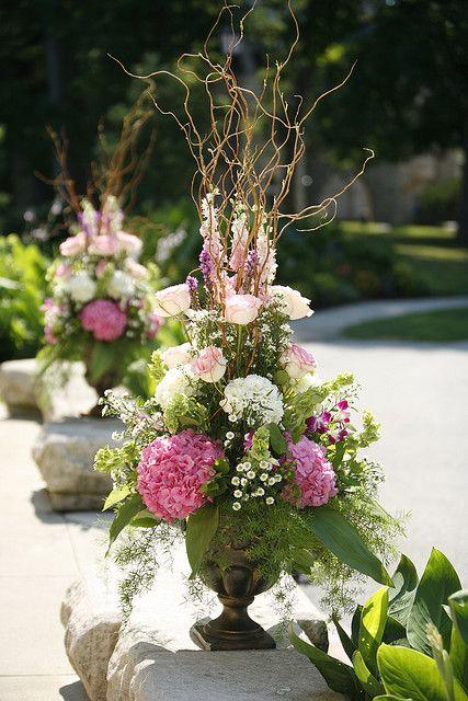 Vos bouquets de fleurs vous plaisent, mais vous trouvez qu'ils sont un peu plat ? Pas de soucis! Prenez une dizaine de branches (brindilles même) et ajoutez les dans vos bouquets. Ils gagneront immédiatement en grandeur.