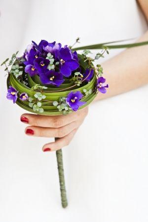 Un bouquet chic et classe; Une grosse fleur, quelques petites et de belles feuilles longues que l'on enroule autour de la tige pour un rendu magnifique.