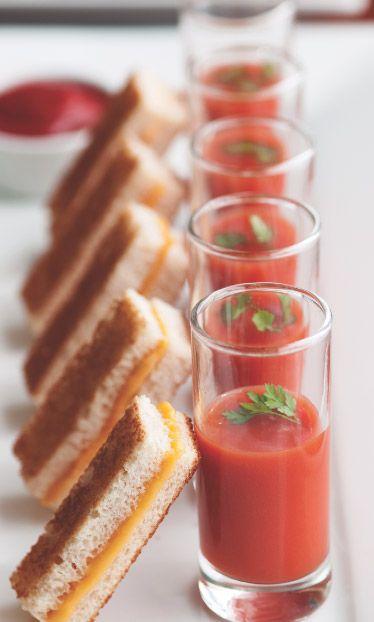 Une mouillette de pain au fromage délicatement trempée dans un gaspacho de tomate. Rafraîssant et simple pour un mariage estival !