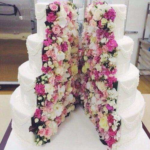Un gâteau atypique qui devrait en mettre plein la vie à vos convives ! Coupé en deux, il dévoile un intérieur fleuri, délicat et romantique.