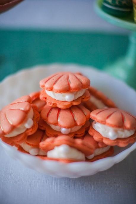 Vous aimez les macarons ? Vous aimez la petite sirène ou peut-être que vous vous mariez au bord de la mer ? Quoi qu'il en soit, ces macarons à la rose en forme de coquillage sont fait pour vous.