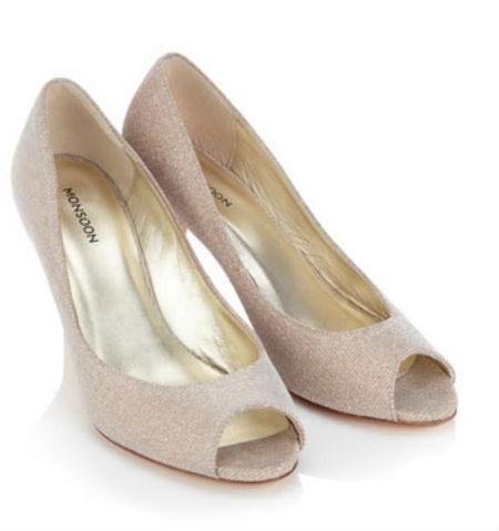 Pour clore cette sélection, voici une autre paire d'escarpins, à prix plus doux. Ils ont une forme classique et des bouts ouverts, avec une hauteur de talon raisonnable pour faire la fête. On a les yeux qui brillent devant cette matière étincelante qui recouvre toute la chaussure, comme de petits bijoux incrustés. « Ce soir, je serai la plus belle pour aller danser… », comme le dit la chanson ! « Chaussures étincelantes ouvertes sur le devant Taira », Monsoon, 90 euros.