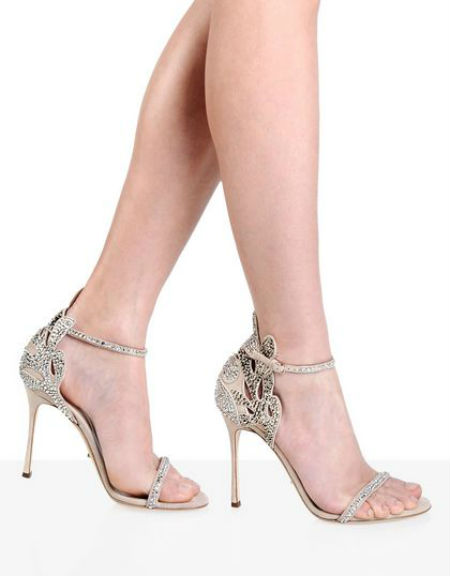 Si vous pouvez supporter des talons aiguille de 10,5 cm, que dites-vous de cette paire de sandales ? Très luxueuses, elles sont raffinées et dignes d'une princesse ! D'une teinte pastel toute douce, ces souliers sont sertis d'une multitude de strass. Voyez comme ça brille ! Une bride maintient l'avant du pied et une autre, réglable, vous soutient la cheville. On aime cette découpe toute ajourée, en forme de feuille, tout autour du talon. Splendide travail, n'est-ce pas ? Voilà la paire de chaussures idéale si vous portez une robe de mariée rose poudré ou autre teinte plus foncée que le blanc. Sandales « Matisse », Sergio Rossi, 990 euros.