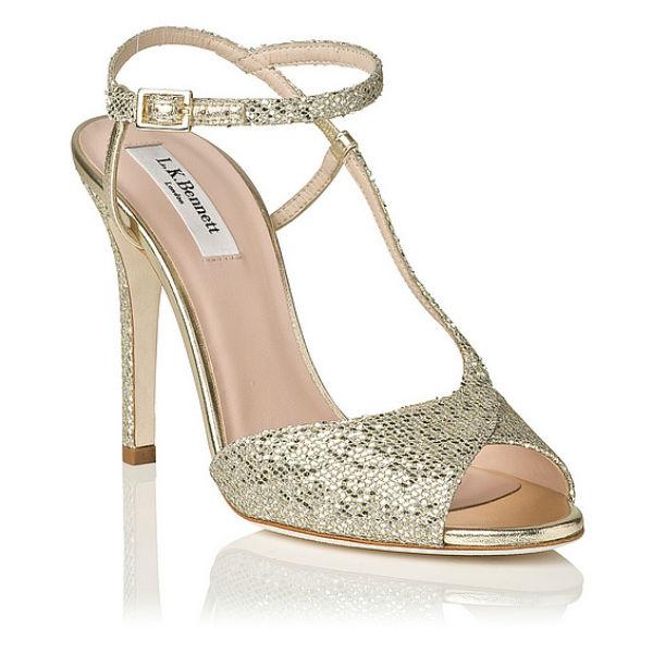 Autre paire de sandales à 10,5 cm de talon, mais d'une forme différente. Ici aussi une bride ajustable vous ceint la cheville. Mais ce qu'on aime, c'est cette lanière uniquement présente du côté extérieure de la chaussure. De l'autre, votre pied est plus découvert. Original, non ? Bon point aussi pour ces bouts ouverts et croisés comme un cache-cœur. Ces souliers dorés de star de cinéma illumineront la pièce ! Sandales « Val Asymétrique », LK Bennett, 225 livres (soit environ 309 euros).