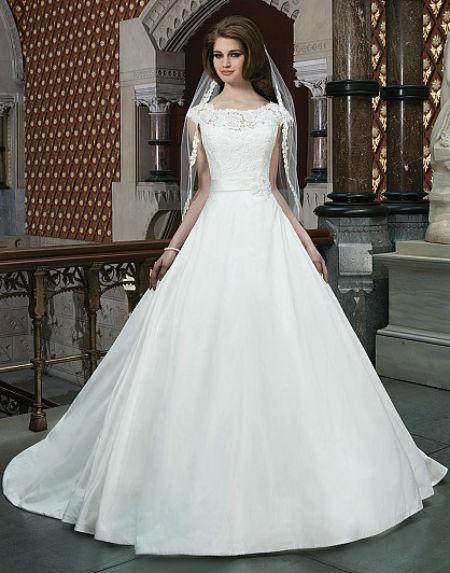 On a également jeté notre dévolu sur cette autre robe de mariée princesse à col bateau