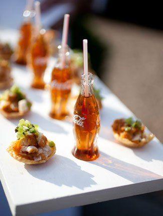 Une mini-bouteille de soda et une mini-pizza, il ne manque plus qu'un mini-match de foot pour faire de votre mariage un vrai vendredi soir.