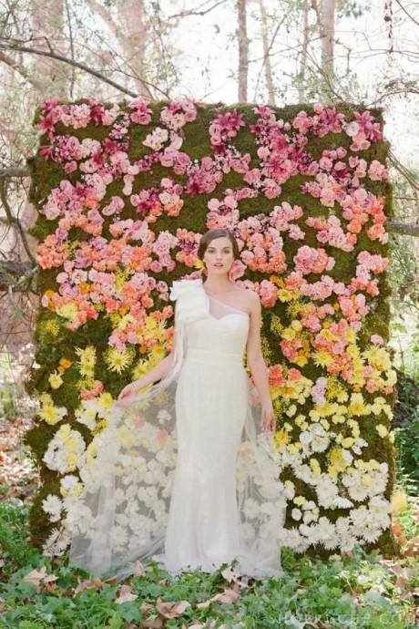Idéal pour avoir de jolies photos ou installer votre photobooth, ce mur de fleurs plein de couleurs est une super idée !