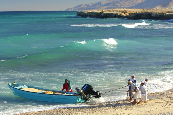 pêcheurs débarquant sur la plage