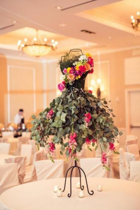 Si vous voulez marquer les esprits et remporter très certainement la palme du mariage de l'année, n'hésitez plus, il vous faut ce centre de table de fleurs en forme de robe de mariée.