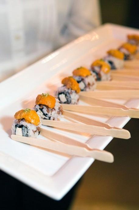 Amateurs de sushis ? Vous voulez en proposer au mariage ? Et bien ici, les baguettes sont des pinces faciles à utiliser. De quoi éviter à vos invités d'essayer pendant 20 minutes de manger quelque chose.