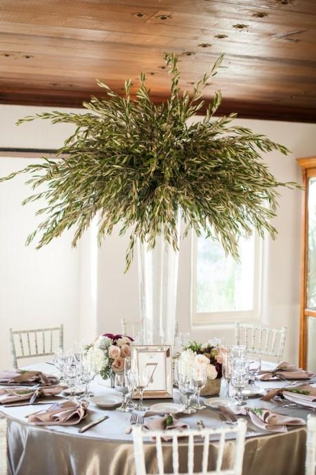 Vous avez envie d'un centre de table tout en verdure imposant, mais vous avez peur que vos invités soient gênés ? Pas de soucis, accrochez le au plafond pour encore plus de hauteur.