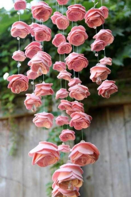 Une suspension inversée faite de roses cachant des strass plus où moins gros pour décorer un mariage Contes de fée ou Romantique chic.