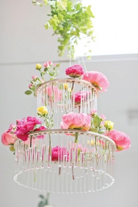 """Une suspension """"vase"""" ! Chaque rectangle de verre est en fait un soliflore pouvant accueillir une fleur solitaire. Un joli moyen de mettre en valeur vos fleurs tout en impressionant votre entourage."""