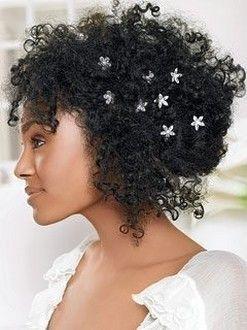 Profitez de votre chevelure volumineuse pour y cacher quelques petits bijoux. Ici en formde d'étoile, mais déclinable selon votre thème à d'autres motifs. Des barrettes en formes de papillons ou de fleurs ? Look romantique assuré !