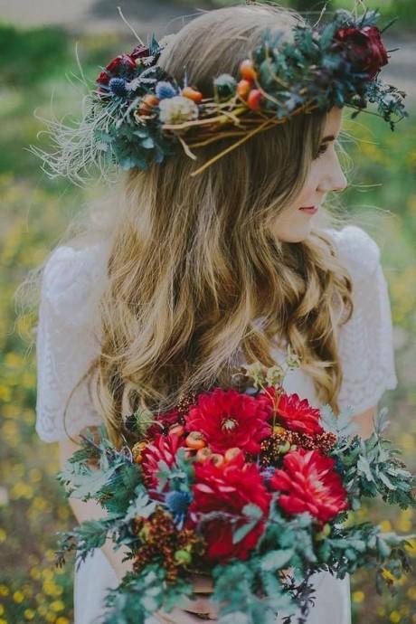 On a-dore ce bouquet automnal ! Il change du reste des bouquet en se tournant plutôt vers des teintes rouge un peu plus soutenues  romantique et bohème tout en restant dans l'esprit de l'automne ? C'est possible ! Avec une robe droite en dentelle et une maxi couronne de fleur vous serez parfaite pour votre grand jour, vous qui voulez vous inspirer de la saison de votre mariage sans pourtant trop en faire !