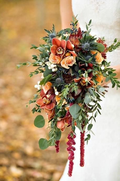 Très romantique se petit bouquet. Quelques jolies fleurs dans le ton glissées entre des feuilles et ces quelques brins de bruyères tombants d'un rouge foncé très glamour. Le plus de ce bouquet ? Les branches de baies qui y sont glissées. On adore le style très wood chic !