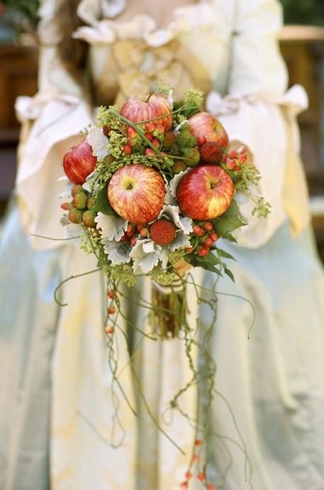 En voilà de l'originalité ! Et si pour cet automne on remplaçait les fleurs par des fruits dans son bouquet de mariée ? dans ce bouquet ce sont les pommes qui sont les reines dans ce bouquet. On dirait des pommes tombés de l'arbre, leur teinte parfaitement dans les couleurs de l'automne passe très bien. Alors si vous voulez un look original sur le thème de la campagne chic, lancez vous !
