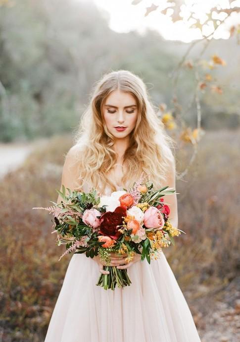 Magnifique bouquet qui allie très bien la tradition et l'esprit boho-chic en mêlant fleurs des champs et roses blanches, petites baies sauvages et feuillages romantiques. Son beau volume ira aussi bien aux futures mariées adeptes des robes princesses tout comme celles qui préfèrent les robes fluides ou empire. Pour un mariage aussi chic que doux, dans une ambiance de l'automne.