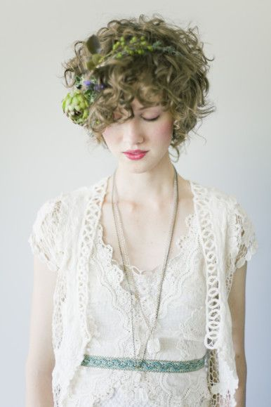 Si vous avez les cheveux plus courts et bouclés cette coiffure très nature vous plaira très certainement. Vous qui avez misé sur un look pour bohème et wood-chic cacher donc quelques éléments des bois dans votre chevelure sauvage. Le tout avec un maquillage nude et une robe simple et vous serez une superbe mariée tout en simplicité !