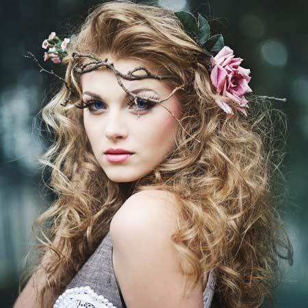 Et une coiffure ambiance wood-chic, ça vous dis ? Des boucles joliment dessinée et pourquoi pas utiliser des branchages pour en faire une jolie couronne ? Le tout avec une belle rose ou une autre fleur plus chic pour le côté mariée et on est prête !