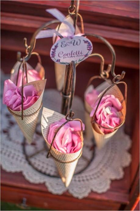 Très bonne idée de se servir des cornets pour y mettre des pétales de roses. Présentés sur un petit portique très shabby chic, vos invités pourront donc s'en emparer et les lancer sur les mariés au moment de l'entrée de la mariée ou de leurs sorties... Utile et romantique !
