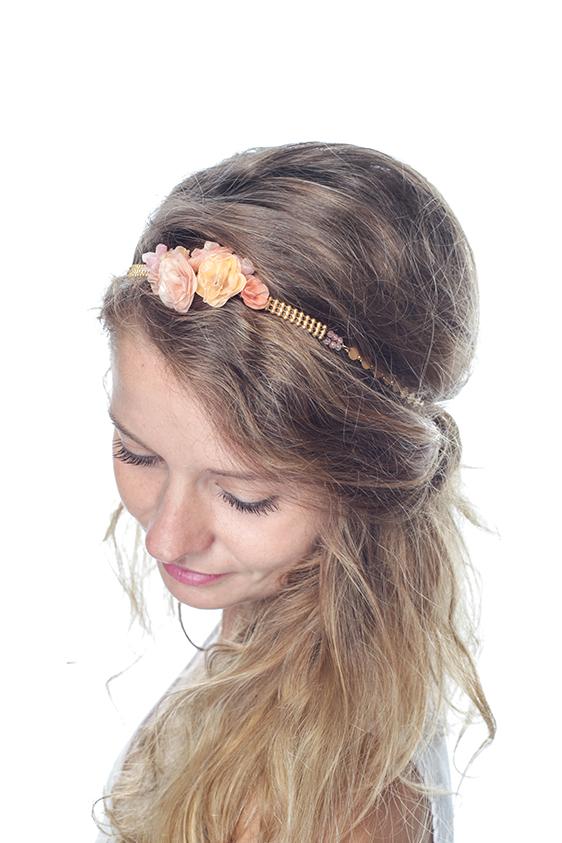 Mariée romantique,  la couronne fleurie de l'Atelier des Dames est faite pour vous. Dans des tons dorés et roses, agrémentée de quelques perles, on adore !  Couronne de fleur Frida, Atelier des Dames, 139€