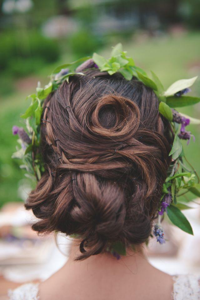 couronne de fleurs dans les cheveux de la mariee