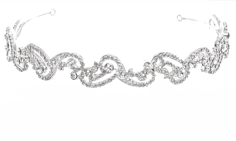 Couture nuptiale nous propose cette fois un look beaucoup plus onirique avec son diadème homonyme pour un look mystique et léger. Serti d'une multitude de cristaux vous serez étincelante pour votre grand jour.  Couture Nuptiale, Diadème Onirique, 79€