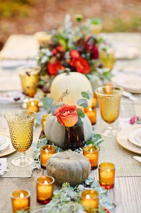 """Pour un centre de table bohème et automnal, misez sur les couleurs chaudes. Des photophores dispersés dans au milieu des fleurs de saisons et des décorations sur ce thème ajouteront une ambiance très """"coin du feu"""" à votre table. On adopte l'idée tout de suite !"""