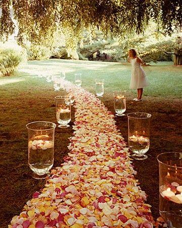 Coup de coeur pour cette idée déco incroyablement printanière et poétique. Pour votre mariage en extérieur dans un joli parc ou un champ pourquoi ne pas créer une allée de pétales de fleurs ? Vous pourrez ainsi disposer des maxi vases tout le long et les remplir de petites bougies flottantes... Pour un décor tout droit sortie des rêves.