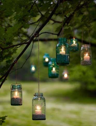 Très gipsy et rétro cette idée, on l'adopte de toute urgence ! Si vous faites un mariage en extérieur, pendez-donc quelques vieux bocaux détournés en photophores dans les arbres. Ces arbres illuminés ainsi deviendront de véritables éléments de décorations, et le côté récup' des bocaux éclairés par de jolies bougies seront très bohème pour votre mariage. Le petit plus ? Choisissez des bocaux de verres légèrement teinté pour créer des jeux de lumières et de couleurs.