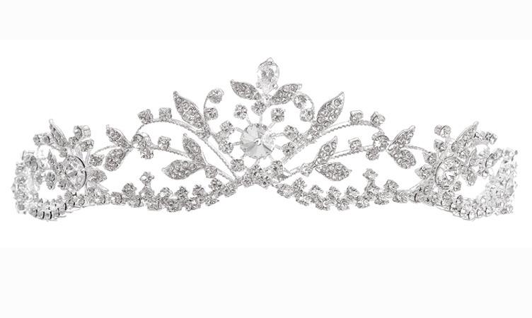 C'est la couronne de princesse, celle qu'on s'imagine petite que nous propose couture Nuptiale. Avec ce diadème vous allez avoir une allure de reine. A porter avec une robe volumineuse et aux décorations de pierres et de strass vous serez parfaite. Diadème couture nuptial Amarande, composée de cristaux transparents, 129€