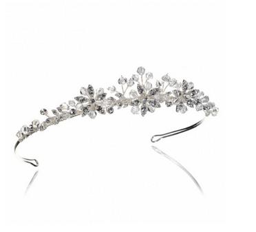 Discret mais pas moins scintillant, le diadème de Dymastyle est très fleuri. Il s'accordera à merveille dans la chevelure de la mariée bohème avec une tresse ou un chignon coiffé-décoiffé.  Diadème Dymastyle, 92€