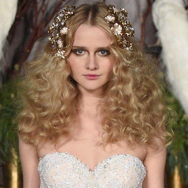 On a repéré ceci lors du défilé Jenny Packham de la Bridal Fashion Week de New York en avril dernier. Volume sauvage et bijoux de tête sur le dessus, on adore !