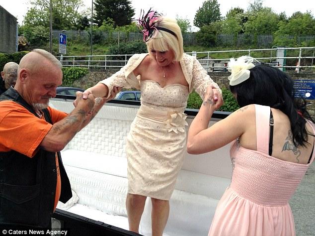 news arrive a son mariage dans un cercueil 2
