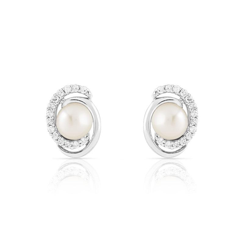 Les perles, c'est une valeur sûre pour un look de mariée réussi. Délicat et chic, il ne faut pas hésiter à miser dessus pour votre tenue tout comme votre déco. Alors si vous avez décidé d'un look tout de perles vêtu, vous craquerez certainement sur ces puces d'oreilles de chez Maty.  Boucles d'oreilles argent 925 et perles de culture Zirconias, 39,90€