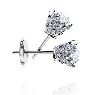 On craque pour les puces d'oreilles proposées par Adamence. Ces boucles d'oreilles en diamants sont particulièrement travaillées et apportera chic et élégance à votre look tout en discrétion.  Boucles d'oreilles Or blanc et diamants 0,50 carat, 2805€