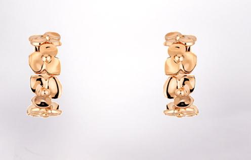 Chaumet nous propose des boucles d'oreilles originales et fleuries en or rose. La forme longue habillera un peu davantage votre visage et les fleurs sont parfaites pour un mariage fleuri ou champêtre.  Collection Hortensia Boucles d'oreilles en or rose 18 carats 1900€