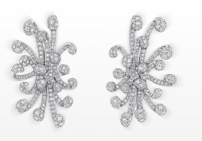 Dior nous enchante avec ces boucles d'oreilles très originales. Comme quoi, les puces d'oreilles ne passe pas forcément inaperçu ! En or blanc et en diamants, ces boucles d'oreilles seront parfaitement pour habiller votre visage et apporter du caractère à votre look.  Boucles d'oreilles Cygne chez Dior.