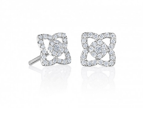 La forme de fleur de lotus stylisée des puces d'oreilles chez Debeers, on adore. Raffinées et pleines de détails, tapissées de diamants vous serez une vraie princesse parée de ces bijoux.  Boucles d'oreilles Debeers en or blanc 18 carats sont serties de 56 diamants, 1 050 €